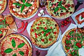 Verschiedene italienische Pizzen