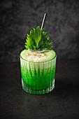 Grüner Cocktail mit Schaum