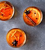 Apfelpunsch mit Orange, Gewürzen und Ingwer