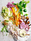 Hühnerbrust mit Rosenkohl, Ringelbeete, Karotten und Senfdressing