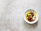 Couscous-Wellness-Salat mit Nektarine, Gemüse und Ziegenkäse