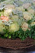 Blumentorte mit Rosen, Buchs und Schleierkraut