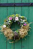 Sommerkranz mit Rosenblüten, Frauenmantel, Kamille, Vogelwicke, grüne Äpfel und Stroh