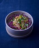 Rotkohlsalat mit Dill und Räucheraal