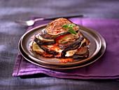 Melanzane parmigiana auf Teller (Auberginenauflauf, Italien)