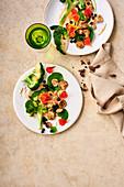 Brokkolisalat mit Heidelbeeren und Tahin-Dressing