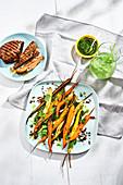 Möhrensalat mit bunten Ofenmöhren mit Möhrengrün-Pesto und Pumpernickelbröseln