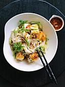 Buddha Bowl mit knusprigem Tofu und Reisnudeln