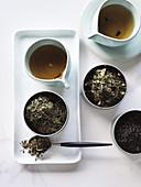 Verschiedene Teesorten aufgebrüht und Teeblätter