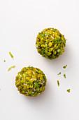 Lachs-Pralinen mit Avocado und Pistazien