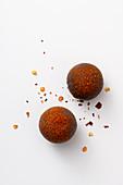 Dunkle Schokoladentrüffel mit Chili und Minze