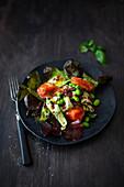 Salat mit Edamame, Zucchini und gebeiztem Lachs