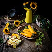 Gelbe Zucchini, ganz und in Scheiben geschnitten