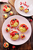 Tartlets with pudding cream and fresh fruit