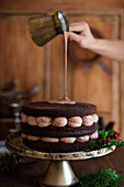 Schokoladencremetorte mit Ganache übergießen