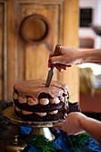 Schokoladencremetorte mit Ganache anschneiden