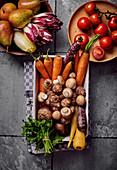 Verschiedenes frisches Gemüse sowie Obst und Kräuter in Schalen
