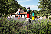 Kunstwerke im Lavendelfeld, Weingut Nittardi, Maremma, Toskana, Italien