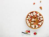 Erdbeer-Rhabarber-Tarte mit Baisertupfen