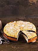 Mohn-Streuselkuchen, angeschnitten