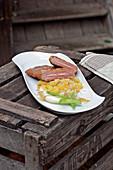 Cordon bleu vom Wildschwein mit Kartoffeln und Frühlingszwiebeln