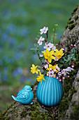 Frühlingssstrauß mit Narzissen, Blutpflaume und Buchs in türkiser Vase, Keramikvogel als Deko