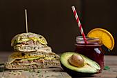 Focaccia mit Thunfisch, Käse und Avocado