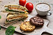 Focaccia mit Huhn und Gemüse, Cookies und Cappuccino