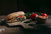 Sandwich mit Zucchini und Tomaten