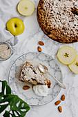Apfelkuchen mit Mandelstreuseln und Sahne