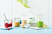 Verschiedene Salatdressings in Gläsern und Flaschen