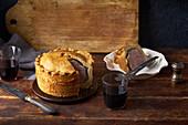 Traditionelle Pork Pie mit Bacon und Kräutern (England)