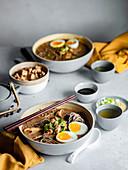 Ramen-Bowls mit Ei (Japan)