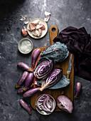 Lila Gemüsesorten und Salz