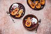 Baked pears with greek yogurt, maple syrup and yoghurt