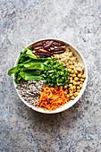 Glutenfreie Salatschüssel mit Quinoa und Rosinen