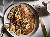 Vegane Pancakes mit Banane und Schokosauce
