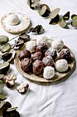 Rohe vegane Kokos-Schokoladen-Kugeln