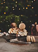 Schoko-Cupcakes mit Cremehaube und Macaron (weihnachtlich)