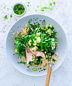 Hirsesalat mit Räucherforelle, Rucola und Gurke