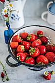 Frische Erdbeeren im Seiher