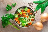 Zutaten für Gemüsebrühe im Kochtopf