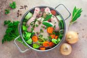 Zutaten für Hühnerbrühe im Kochtopf