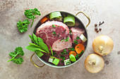 Zutaten für Rinderbrühe im Kochtopf