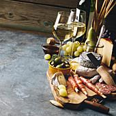 Weißwein mit Käse, Prosciutto, Salami und Oliven
