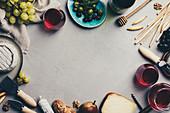 Verschiedene Käsesorten, Wurst, Oliven, Trauben, Grissini und Rotwein