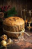 Panettone - Italienisches Weihnachtsdessert mit Weingläsern