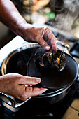 Serving cooked mussels