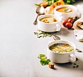 Erbsensuppe, Tomatensuppe, Gemüsesuppe und Zutaten