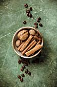 Walnuss, Gewürze und Kaffeebohnen in Holzschale